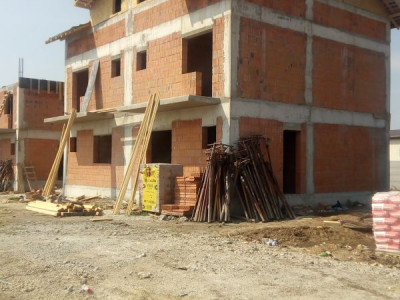 Triplex/ pozitie centrala/ mansarda amenajabila/ placa de beton la etaj