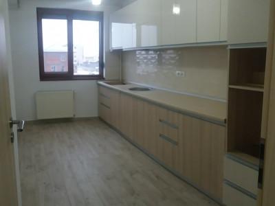 Apartament cu 3 camere, cu bucatarie mobilata