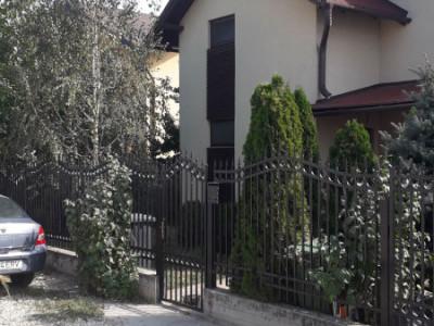 Curte spatioasa 500 mp cu 2 case frumos compartimentate