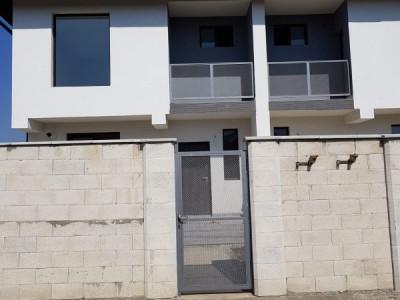 Duplex 4 camere cu scara betonata la mansarda